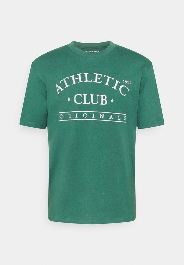 JORTOBIAS TEE CREW NECK FRONT BIG UNISEX  - T-shirts print - trekking green