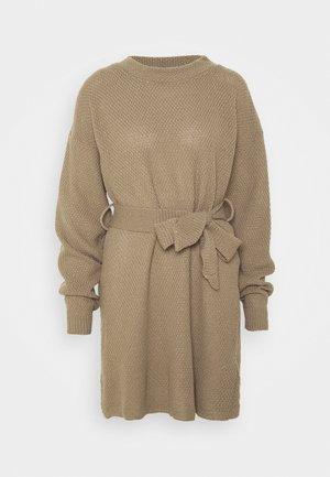 TIE WAIST JUMPER DRESS - Strikket kjole - light brown