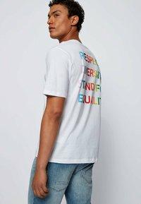 BOSS - TLOVE  - Print T-shirt - natural - 3