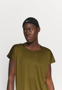 Nike Performance - DRY ELASTIKA - Camiseta de deporte - olive flak/volt/black - 4