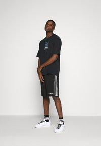 adidas Originals - SPORTS INSPIRED LOOSE SHORT SLEEVE TEE - Triko spotiskem - black - 1