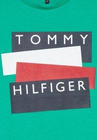 Tommy Hilfiger - STICKER TEE  - Camiseta estampada - green - 3