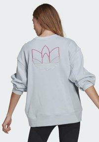 adidas Originals - ADICOLOR 3D TREFOIL OVERSIZE SWEATSHIRT - Sweatshirt - blue - 1