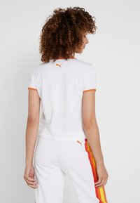 Puma - PERFORMANCE RETRO TEE - Camiseta estampada - white - 2