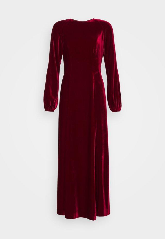 AUCUBA - Společenské šaty - pomegranate