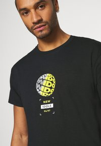 Topman - NEW IDOLS TEE - Print T-shirt - black - 4