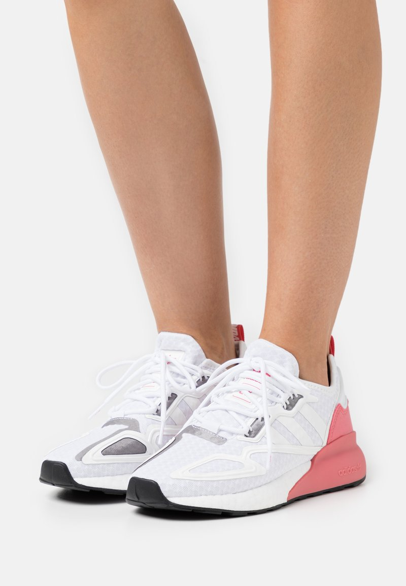 adidas Originals - ZX 2K BOOST  - Matalavartiset tennarit - footwear white/crystal white/hazy rose