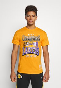 Mitchell & Ness - NBA LA LAKERS CHAMPIONS TEE - Article de supporter - yellow - 0