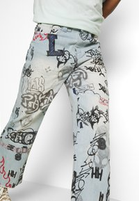 Jaded London - SCRIBBLE GRAFFITI SKATE JEANS - Džíny Relaxed Fit - blue - 3