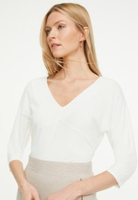 comma - MIT V-AUSSCHNITT - Long sleeved top - offwhite - 0