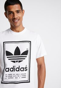 adidas Originals - VINTAGE LABEL GRAPHIC TEE - Camiseta estampada - white/black - 4