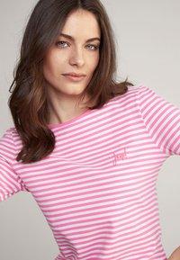 JOOP! - Long sleeved top - pink/weiß gestreift - 2