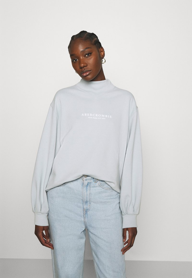 Abercrombie & Fitch - SEASONAL LOGO MOCK NECK CREW  - Sweatshirt - light blue