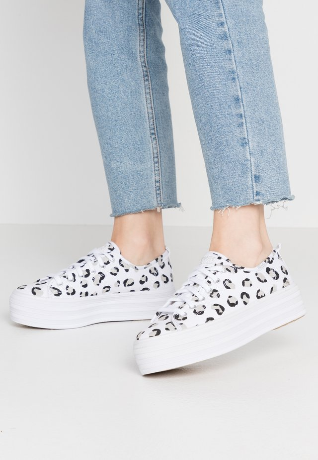 TRIPLE UP LEOPARD - Matalavartiset tennarit - white/black