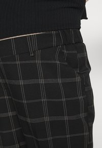 Dorothy Perkins Maternity - MATERNITY GRID CHECK ANKLE GRAZER - Trousers - black - 5