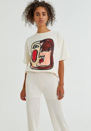 MIT GESICHT - Print T-shirt - mottled beige