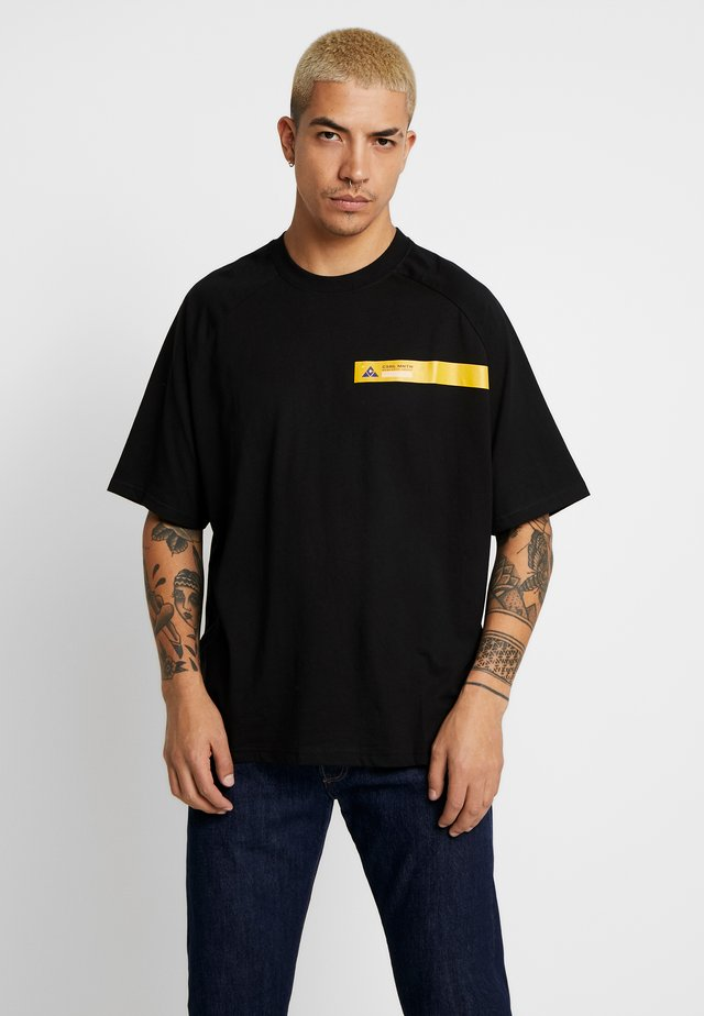 BOX TEE - T-shirts med print - black/yellow