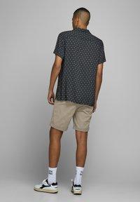 Jack & Jones - KENSO - Shorts - crockery - 3