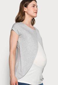 Anna Field MAMA - T-shirts med print - mid grey mélange - 3