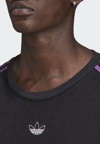 adidas Originals - STRIPE UNISEX - Camiseta estampada - black/multicolor - 4