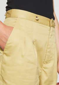 Scotch & Soda - CLEAN WITH DETACHABLE PLEATED BELT - Bukse - sand - 3