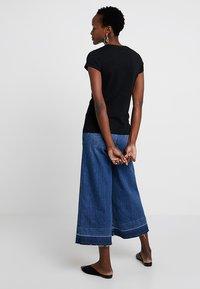 Zalando Essentials - T-shirts - black - 2