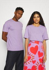 YOURTURN - 2 PACK UNISEX - T-shirt - bas - purple/black - 1
