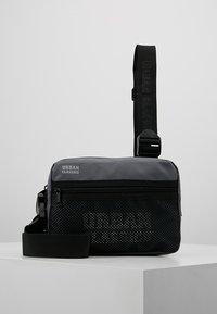Urban Classics - CHEST BAG - Ledvinka - grey - 0