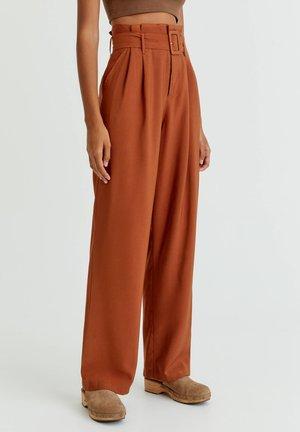 MIT HOHEM BUND UND GÜRTEL - Trousers - mottled orange