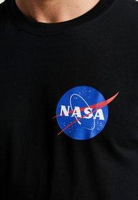 Mister Tee - NASA INSIGNIA LOGO FLAG TEE - Print T-shirt - black - 6