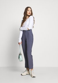 NA-KD - DARTED CROPPED - Pantalones - blue - 1