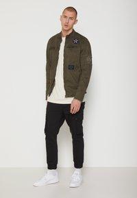 Be Edgy - BE THEO PAT - Kurtka jeansowa - khaki - 1