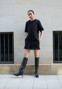 Victoria Victoria Beckham - FRAYED HEM MINI DRESS - Denim dress - black - 2