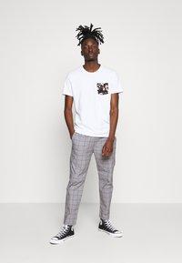 Hollister Co. - FLORAL POCKET ASIA  - Print T-shirt - white - 1