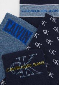 Calvin Klein Underwear - MEN CREW JEANS LOGO GIFTBOX 4 PACK - Chaussettes - dark blue combo - 2