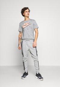 Nike Sportswear - PRINT PACK - T-shirt con stampa - grey heather - 1