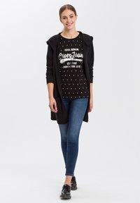 Cross Jeans - MIT ARM - Print T-shirt - black - 1