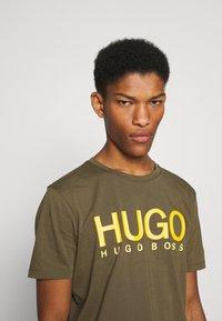 HUGO - DOLIVE - Triko spotiskem - green - 2