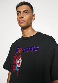 Converse - SPACE JAM COURT READY TEE UNISEX - Print T-shirt - black - 3