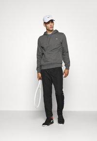 Lacoste Sport - CLASSIC HOODIE - Bluza z kapturem - pitch chine/graphite sombre - 1