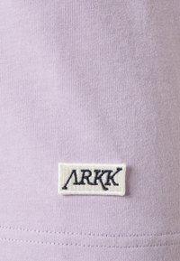 ARKK Copenhagen - BOX LOGO TEE - Basic T-shirt - wisteria - 6
