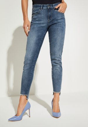 MIT SCHMUCK-DETAIL - Slim fit jeans - blue