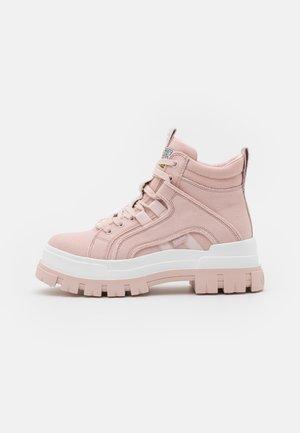 VEGAN ASPHA MID - Kotníkové boty na platformě - rose
