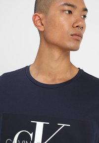 Calvin Klein Jeans - CORE MONOGRAM BOX LOGO SLIM TEE - Print T-shirt - night sky - 4