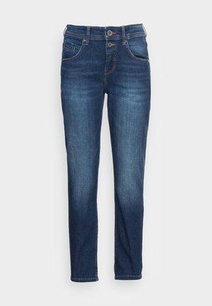 TROUSER MID WAIST BOYFRIEND FIT CROPPED LENGTH - Jeans slim fit - cashmere dark blue wash