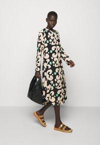 Marimekko - KEHO PIENI KEIDAS DRESS - Robe d'été - black/beige/green - 1