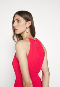 MICHAEL Michael Kors - PLEATED HALTER DRESS - Společenské šaty - geranium - 3