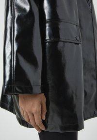 PULL&BEAR - Regenjacke / wasserabweisende Jacke - black - 5