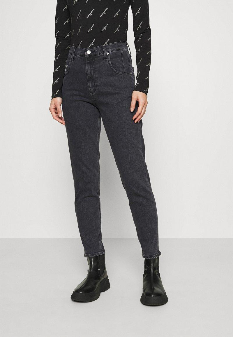 Calvin Klein Jeans - MOM - Zúžené džíny - denim black