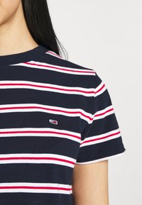 Tommy Jeans - REGULAR CONTRAST BABY TEE - Print T-shirt - twilight navy - 4